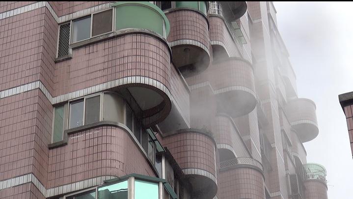台中市北屯區崇德五路大樓今天中午12時許傳出火警,警消利用水霧滅火。記者陳宏睿/攝影