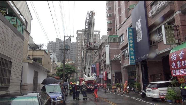 台中市北屯區崇德五路大樓今天中午12時許傳出火警,警消出動雲梯車,將受困在8樓的女子搶救下來。記者陳宏睿/攝影
