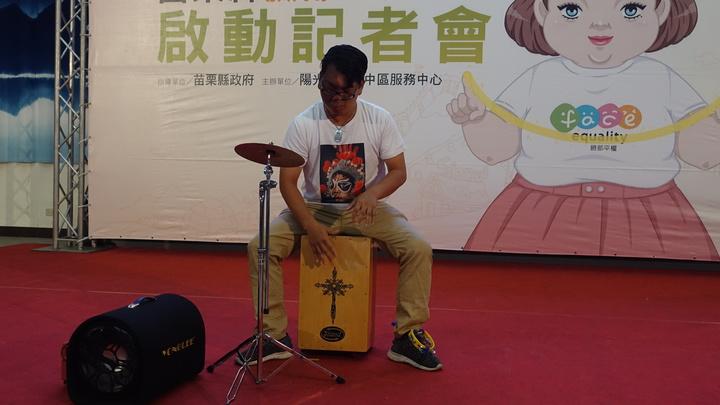 陽光基金會臉部平權代言人李兆翔,來自苗栗,他表演木箱鼓,並考取街頭藝人執照。記者劉星君/攝影