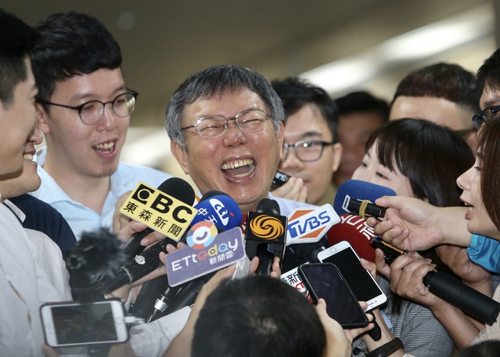 台北市長柯文哲說郭台銘是當大老闆的,行政能力可以信任。被媒體追問,是否認為2020郭台銘比韓國瑜更有資格?柯反問記者「你為什麼會有這麼好的邏輯概念?」之後狂笑不已。記者曾吉松/攝影