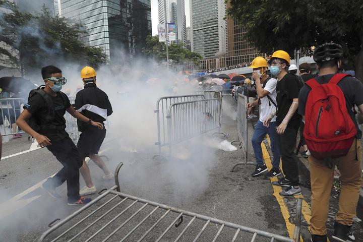 香港「反送中」示威者在立法會外被港警發射催淚瓦斯。香港立法會原訂12日進行「逃犯條例」修法二讀確定推遲,但大批抗議者仍不願散去,並與下午3時半與警方爆發衝突。美聯社