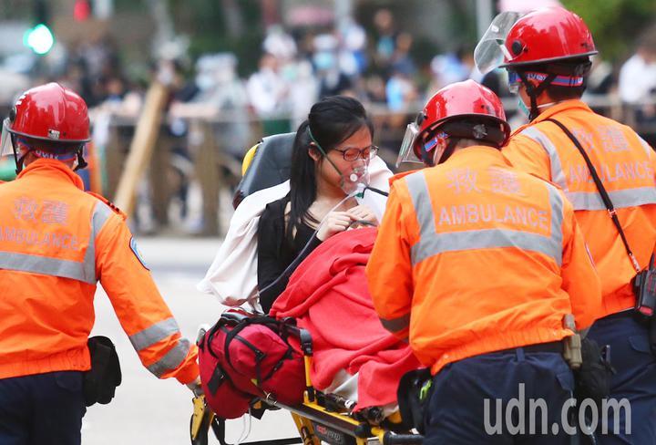 反送中抗議爆衝突,香港警使用橡膠彈、布袋彈及催淚煙驅散抗議民眾,有抗議者受傷送醫。特派記者王騰毅/攝影
