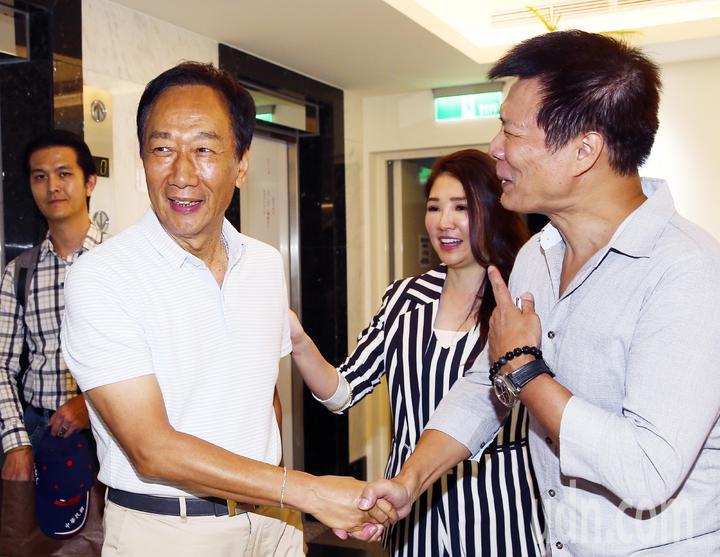 郭台銘(左二)下午前往POP電台接受專訪,台北之音電台台長蔡詩萍(右)、林書煒(右二)在門口歡迎,希望郭董暢所欲言。記者杜建重/攝影
