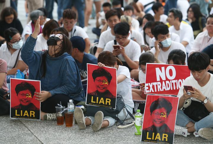 在高雄求學的香港學生與上百位民眾今天在高雄文化中心發起「反對逃犯條例」集會,共同表達香港人抗議逃犯條例的心聲。記者劉學聖/攝影,
