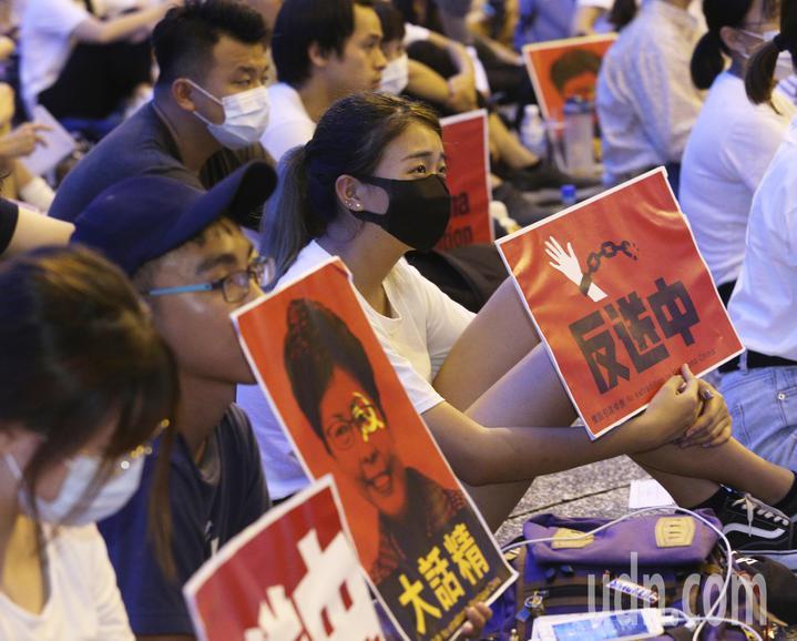 數十名在高雄求學的香港學生今天在高雄文化中心發起「反對逃犯條例」集會,共同表達香港人抗議逃犯條例的心聲。記者劉學聖/攝影