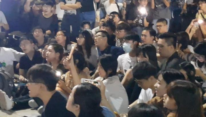 成大校門口晚間發起聲援香港反送中活動,吸引數百名學生參與。記者修瑞瑩/攝影