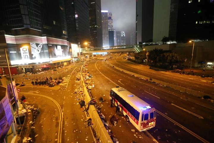 港警今強勢驅離示威者,立法會周邊道路一片狼籍,只剩零星警方的車輛進駐。特派記者王騰毅/攝影