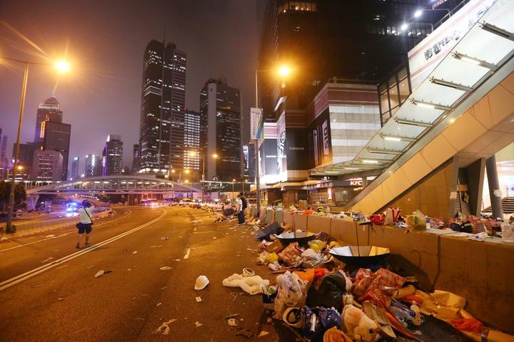 港警今強勢驅離示威者,立法會周邊道路一片狼籍,整個區域宛如死城。特派記者王騰毅/攝影