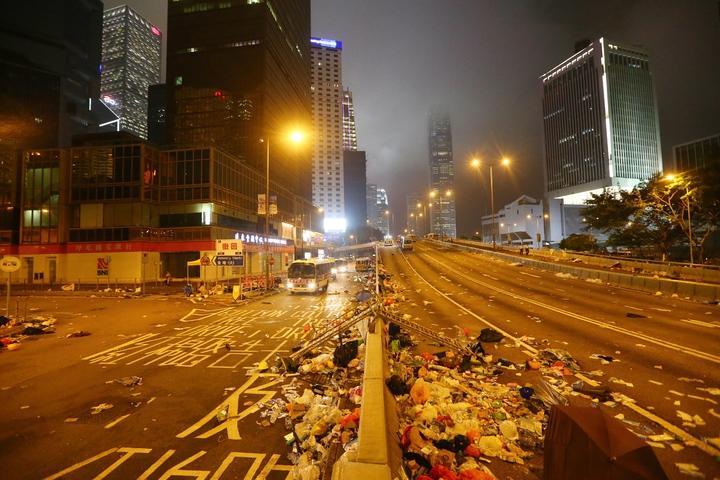 港警今強勢驅離示威者,立法會周邊道路一片狼籍。特派記者王騰毅/攝影
