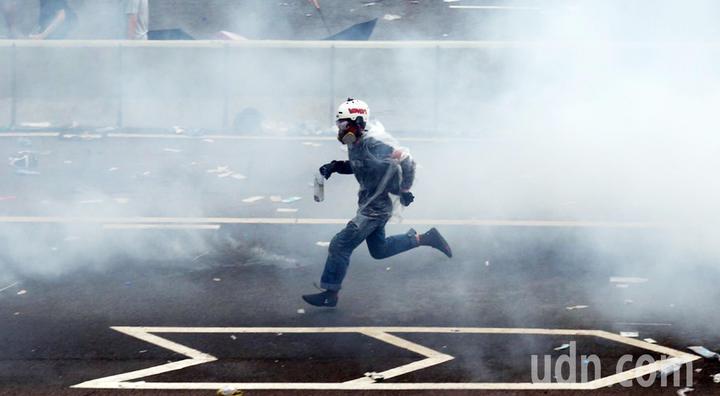 警方不停發射催淚瓦斯,試圖驅散「違法集結」的示威群眾,民眾在煙霧內逃竄。特派記者王騰毅/攝影