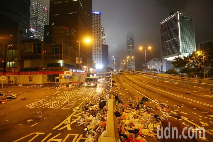 港警晚上強勢驅離示威者,立法會周邊道路一片狼籍,只剩零星警方的車輛進駐。特派記者王騰毅/攝影