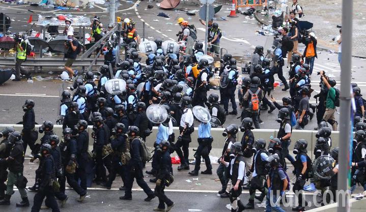 警方正不停發射催淚瓦斯,試圖驅散「違法集結」的示威群眾。立法會全面封鎖,大批員警進入戒備布防,示威者亦向後撤退。特派記者王騰毅/攝影