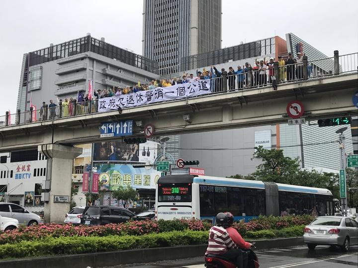 50多名台中市退警協會人員站在天橋高喊,「蔡英文下台」,表達對政府縮砍警消退休年金的不滿。記者林佩均/攝影