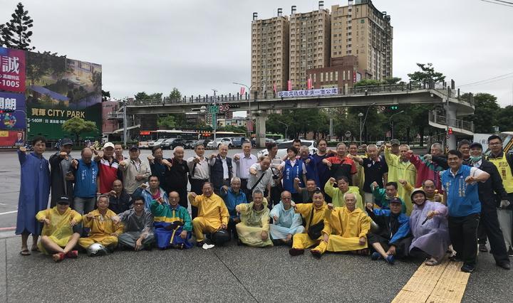 50多名台中市退警協會人員高喊,「蔡英文下台」,表達對政府縮砍警消退休年金的不滿。記者林佩均/攝影