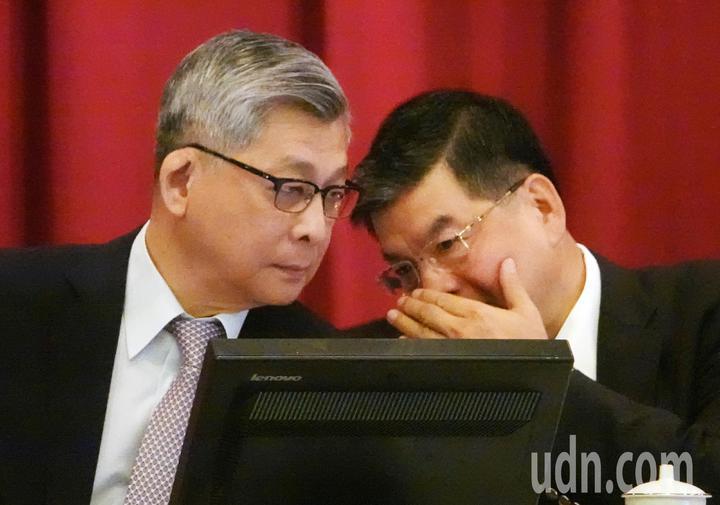 國泰金上午舉行股東會,董事長蔡宏圖(左)與總經理李長庚(右)在會議中交換意見。記者杜建重/攝影