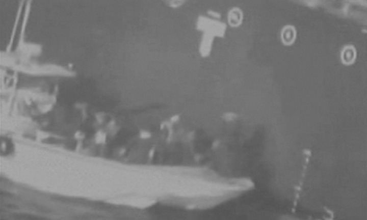 美國政府13日指控伊朗襲擊在中東阿曼灣的兩艘油輪,儘管伊朗斷然否認與此有關,但美方釋出的空拍影像,稱伊朗革命衛隊巡邏艇試圖移除一枚未引爆的吸附式水雷。路透