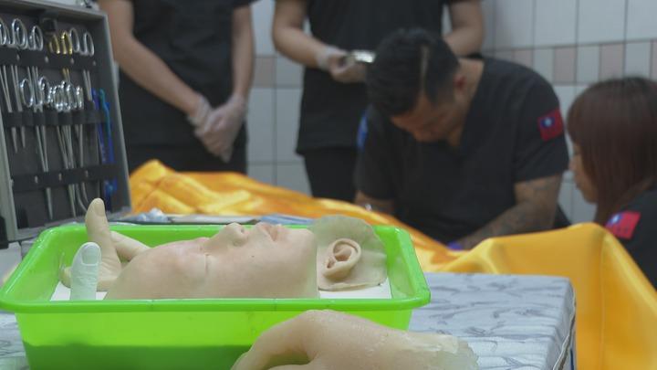 「76行者」團隊會用矽膠等材料做出擬真物件,幫罹難者遺體缺失部分做修復。記者謝育炘/攝影