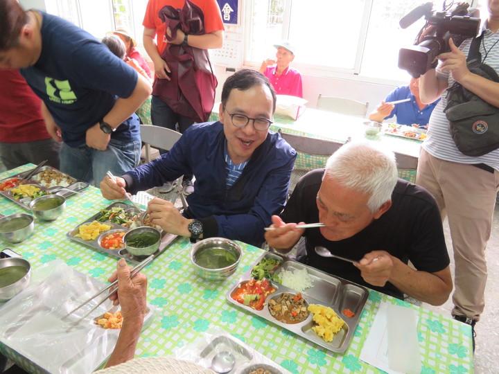 國民黨總統參選人朱立倫(右二)參訪鹿草鄉中華聖母基金會開辦的暖暖老人食堂,與長輩搏感情,為老人家打菜,一起用餐閒話家常。記者魯永明/攝影