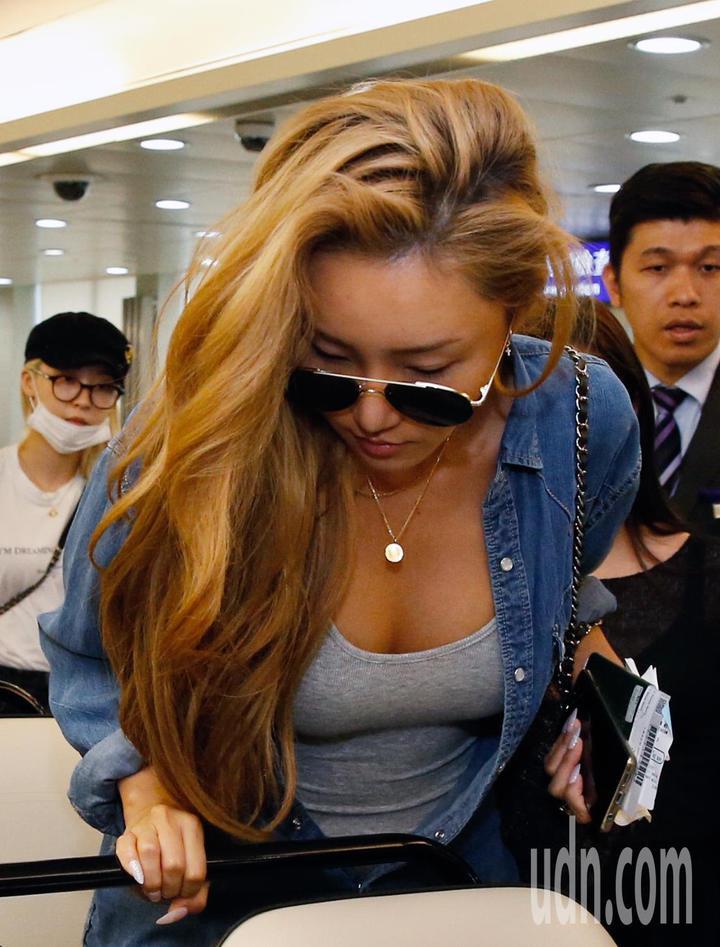 韓國女團「MAMAMOO」中午抵台,上車時恰好展現好身材。記者鄭超文/攝影