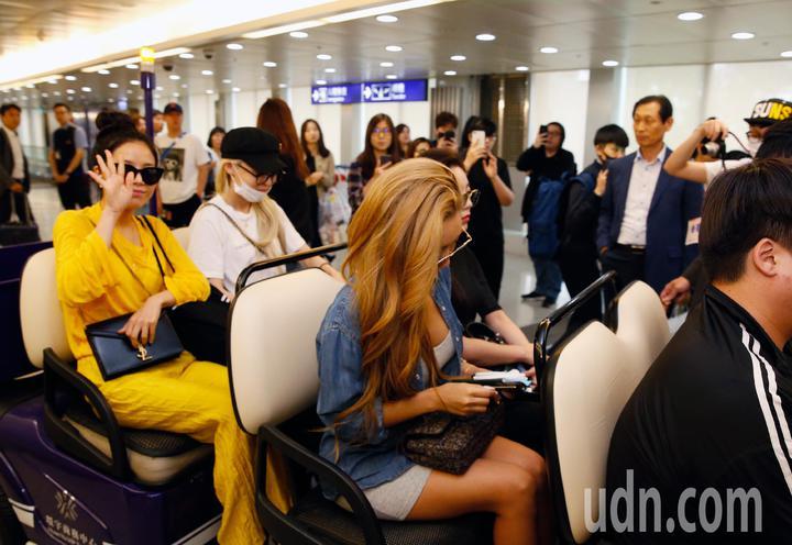 韓國女團「MAMAMOO」中午抵台,約有10位粉絲接機,雖然搭車離去,她們還是揮手向粉絲致意。記者鄭超文/攝影