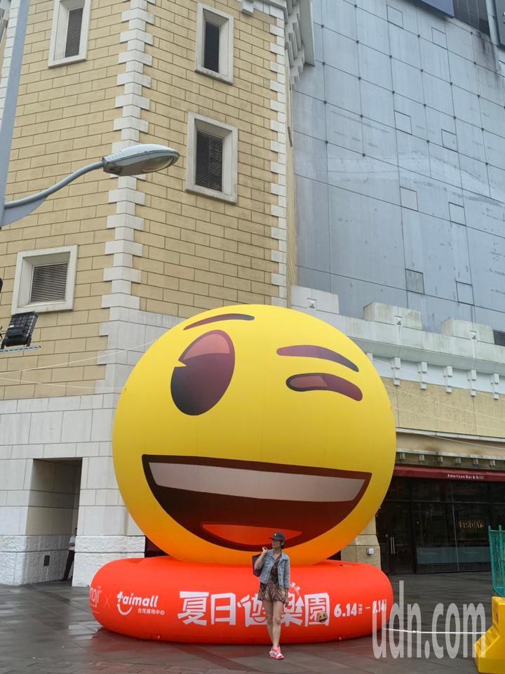 台茂購物中心「emoji大型主題裝置展」,大門口車道旁設置高6米的經典眨眼笑臉迎賓。記者許政榆/翻攝