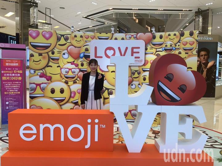 台茂購物中心「emoji大型主題裝置展」,1樓大廳設置一座LOVE打卡牆。記者許政榆/翻攝