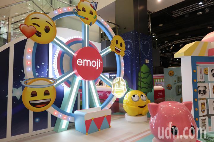桃園台茂購物中心歡慶20週年,今年6月20日至7月8日舉行「emoji大型主題裝置展」,室內特別設置可愛摩天輪,搭配各種開心的表情,成為孩童搶拍景點。記者許政榆/攝影