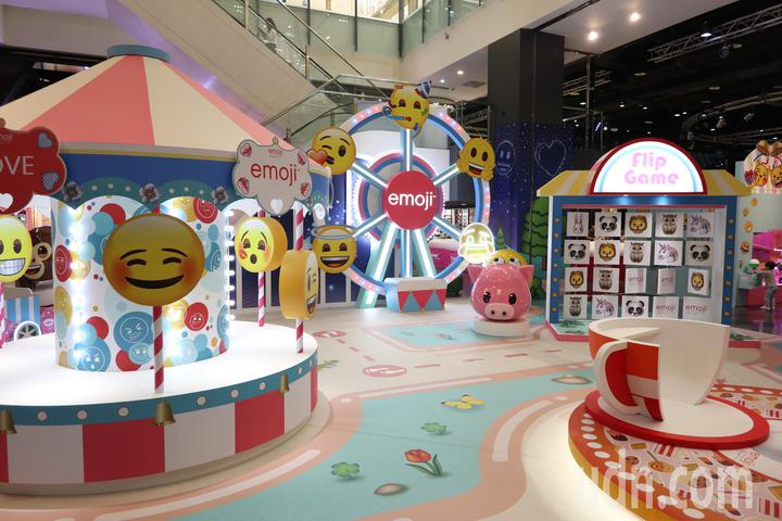 桃園台茂購物中心歡慶20週年,今年6月20日至7月8日舉行「emoji大型主題裝置展」,以各類可愛表情作為佈景主題,成為親子暑期拍照打卡熱門點。記者許政榆/攝影