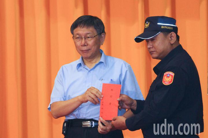 台北市警局及市長柯文哲特別表揚於2013年果斷用槍圍捕竊嫌的萬華分局警員張景義。記者李隆揆/攝影