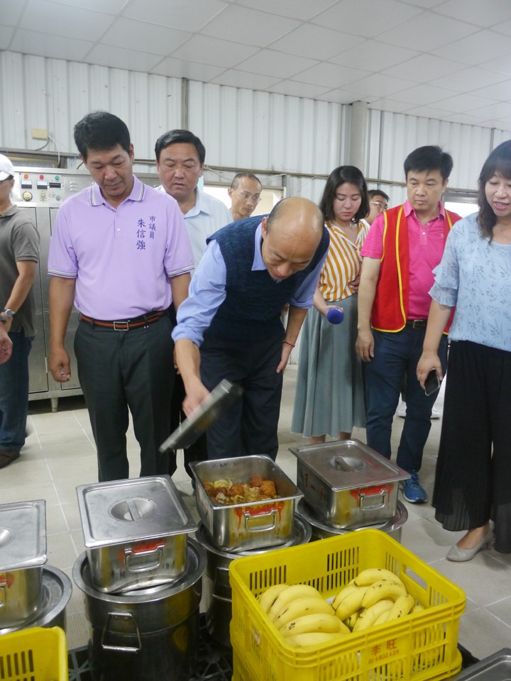 高雄市長韓國瑜視察南隆國中營養午餐供餐情況,打開鍋蓋發現是獅子頭,讚譽說「這個好」。記者徐白櫻/攝影