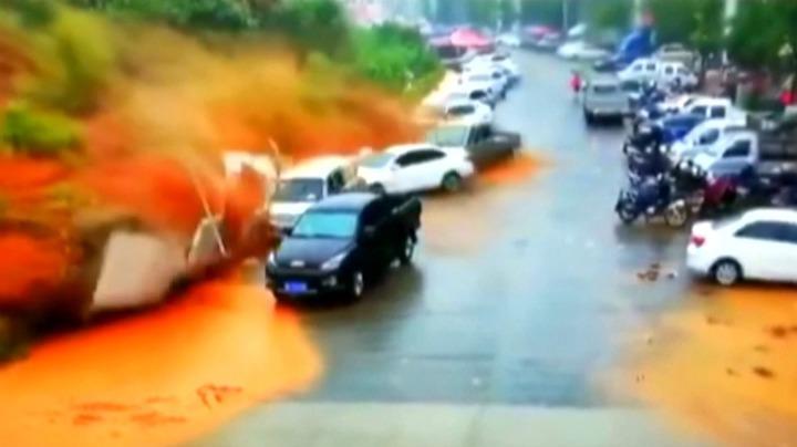 中國福建省武平縣平川街道東門菜市場附近13日下午出現突發性山崩,多輛停在路邊的汽車當場被土石流沖走。一名受困男子被找到時搶救無效、不幸身亡。路透/CCTV