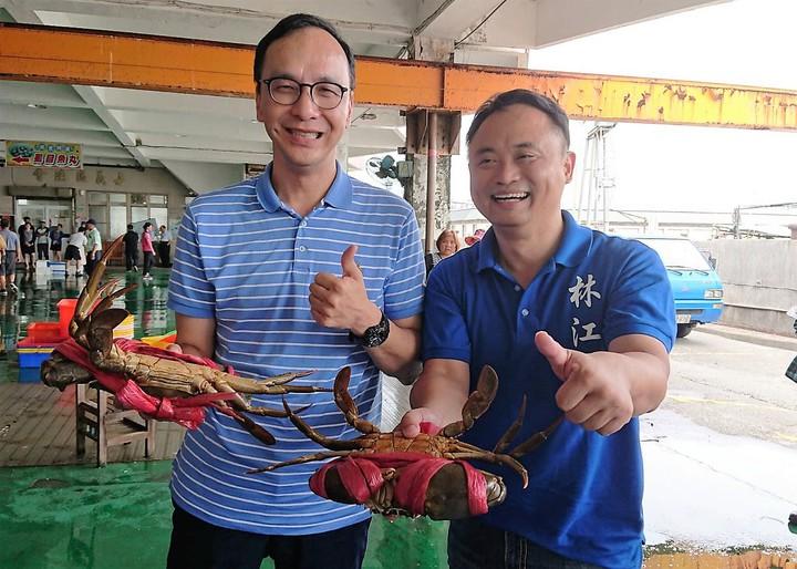 朱立倫(左)昨天由林江釧(右)陪同參訪東石漁市,看見漁民賣的大沙公,稱讚新鮮最好吃。記者卜敏正/攝影