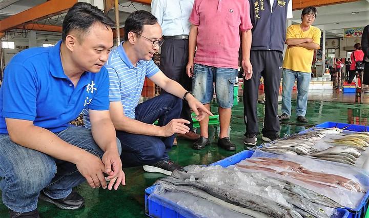 朱立倫(右)昨天由林江釧(左)陪同參訪東石漁市,稱讚東石海產新鮮最好吃。記者卜敏正/攝影