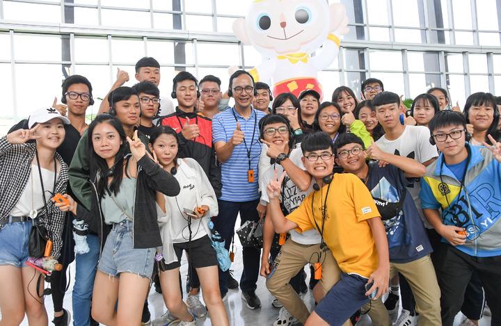 朱立倫昨天參訪故宮南院,受到許多年輕朋友歡迎。記者卜敏正/翻攝