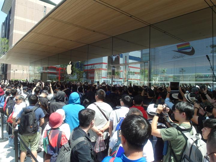 大批果粉排隊等待進入Apple 信義 A13。記者何佩儒/攝影