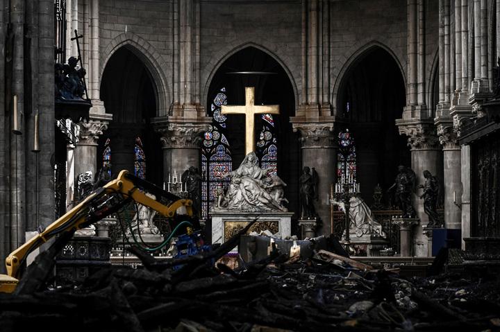 巴黎聖母院(Notre-Dame de Paris)4月中因大火嚴重受損,當時法國各大富豪紛紛宣布慷慨解囊協助重建,總金額將近10億美元,但《美聯社》15日引述教會與業界人士說法,事發至今滿兩個月,這些富豪根本一毛錢都還沒捐。美聯社
