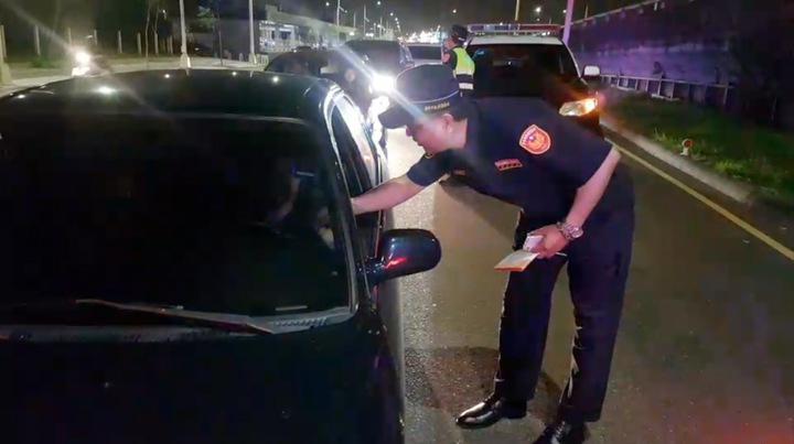 台中市警局交通大隊昨晚與彰化縣警察局、國道公路警察局,聯合取締酒駕,查獲18人依公共危險罪移送。圖/台中市警局提供