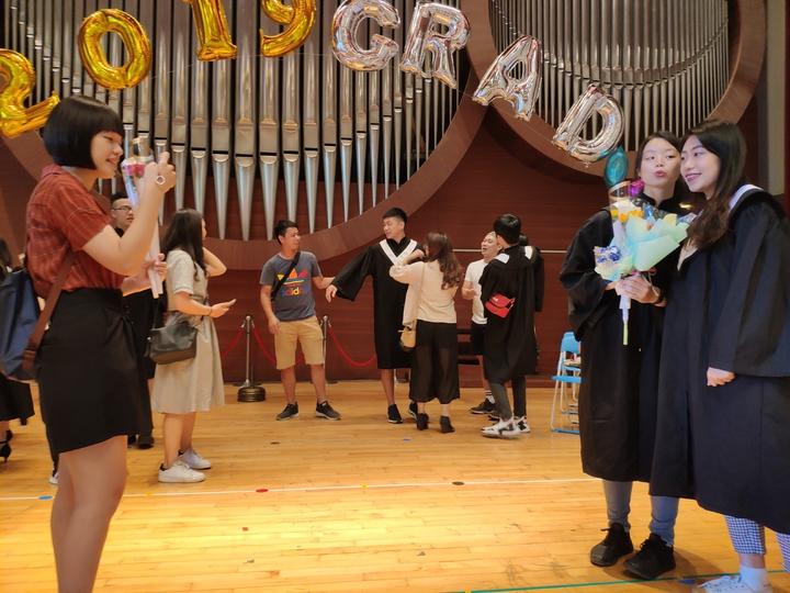 畢業生們把握機會拍照留念。記者謝進盛/攝影