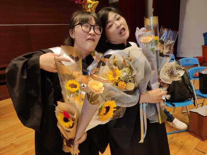 畢業生們不忘搞怪秀表情。記者謝進盛/攝影