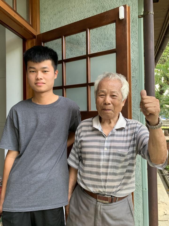 84歲的林明義(右)手工縫製榻榻米的功夫了得,17歲的孫子林俊逸(左)跟著一旁學習。記者翁禎霞/攝影