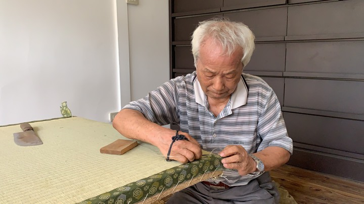 84歲的林明義手工縫製榻榻米的功夫了得,總是在一針一線間展現職人精神。記者翁禎霞/攝影