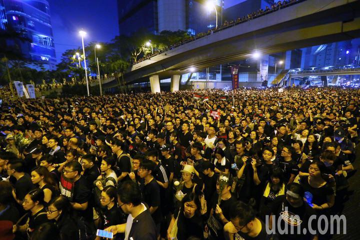 香港民陣號召反送中群眾上街遊行,訴求為「譴責鎮壓,撤回惡法」,隊伍由維多利亞公園出發到政府總部,要求港府撤回「逃犯條例」修訂,隊伍走至晚上仍未走完。特派記者王騰毅/攝影
