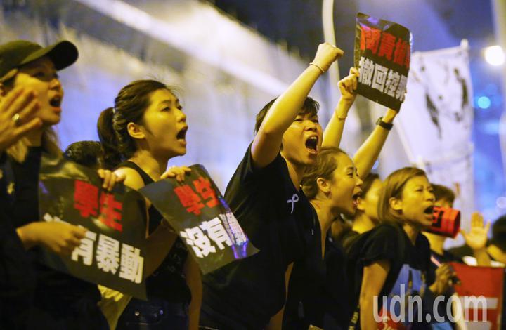 香港民陣號召反送中群眾上街遊行,訴求為「譴責鎮壓,撤回惡法」,隊伍由維多利亞公園出發到政府總部,要求港府撤回「逃犯條例」修訂,隊伍走至晚上仍未走完,群眾高喊香港加油。特派記者王騰毅/攝影