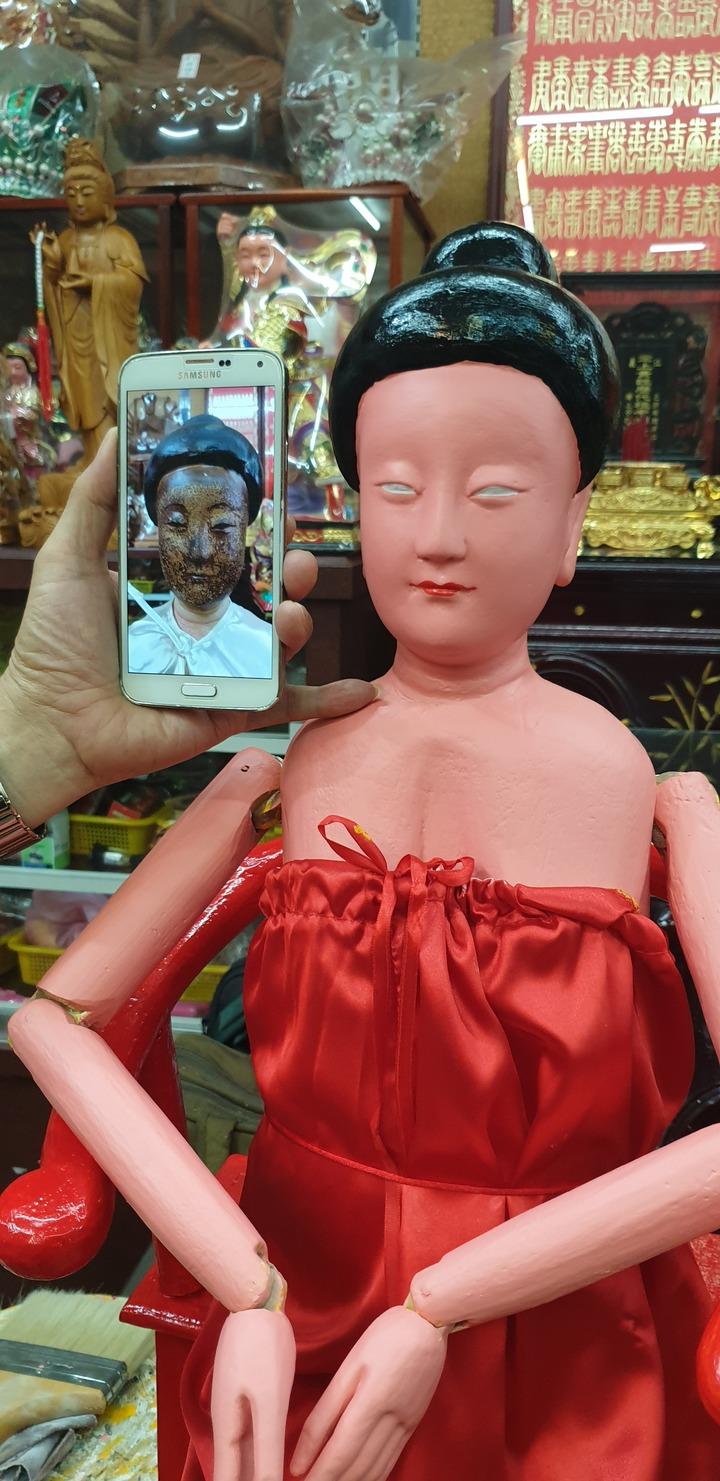 雕刻師黃再坤為100多年神像重新上妝,上妝前後對照。記者游振昇/攝影