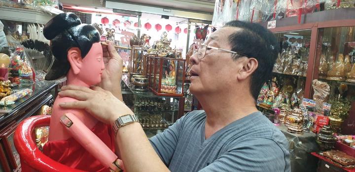 雕刻師黃再坤為100多年神像重新上妝。記者游振昇/攝影