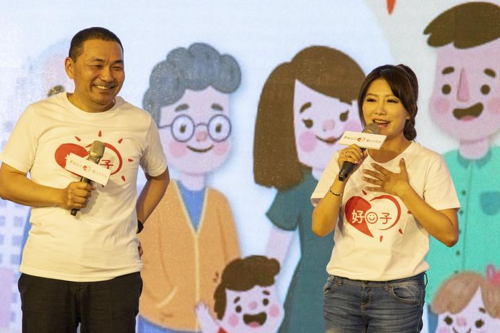 藝人阿翔與謝忻爆出不倫婚外情後,有台灣好媳婦之稱的李佩甄(右),今上午出席活動後被問到對此看法,李佩甄指出家庭和樂圓滿最重要,但也停頓數秒後表示「婚姻就是要包容」。記者王敏旭/攝影