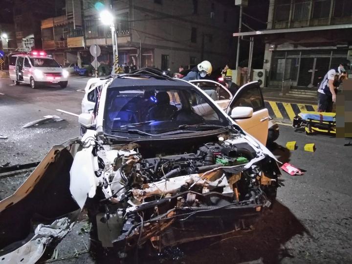 白色轎車幾乎成廢鐵。記者林伯驊/翻攝