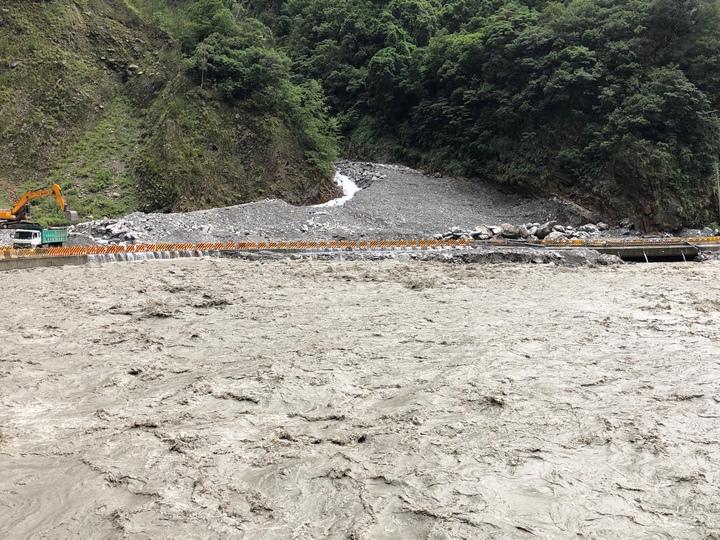 中橫臨時便道多處被豪雨冲毀。圖/谷關工務段提供