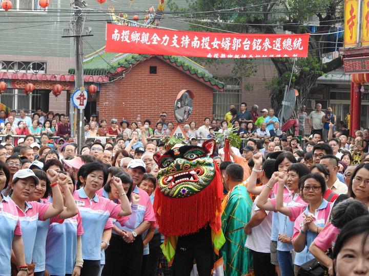 鴻海董事長郭台銘是南投女婿,今偕妻子曾馨瑩回娘家參訪,他們所到之處都受到鄉親熱情的歡迎。記者賴香珊/攝影