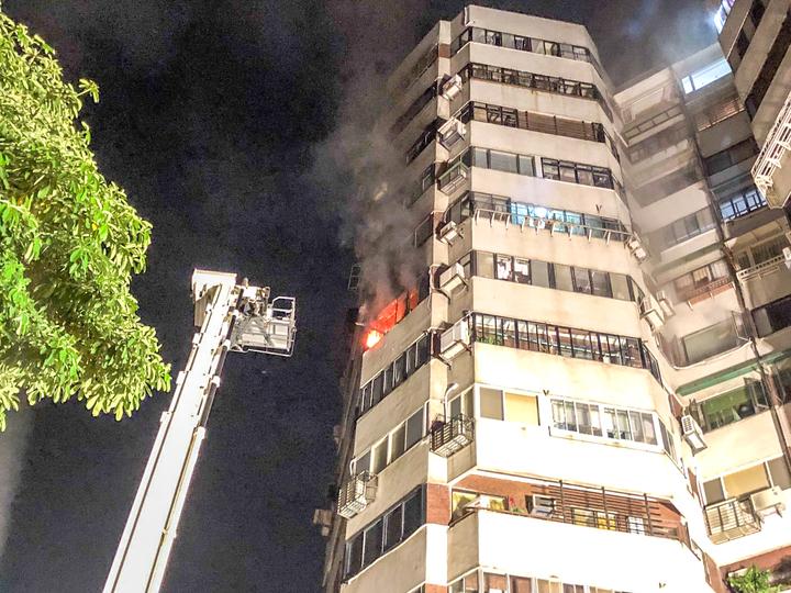 北市士林區士林憲兵隊旁、位於福國路上一棟12層樓的大樓,今天晚上近10時火警。記者蔡翼謙/攝影